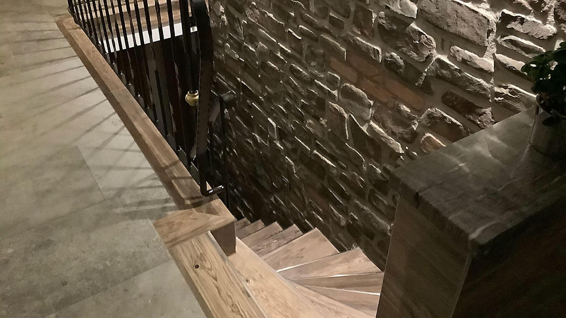 Treppe aus Naturstein passend zum Ambiente